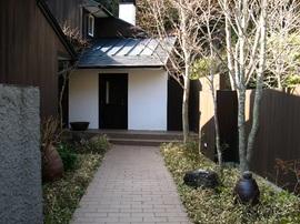 石畳と木のエントランス